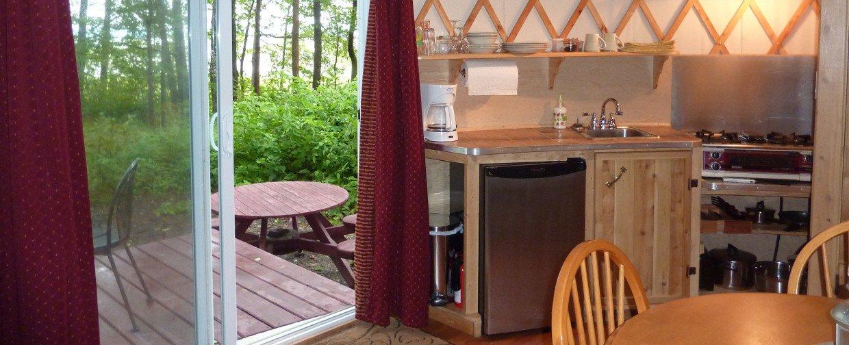Yourtes et tipis de luxe maisons du grand h ron yurts for Cuisine yourte